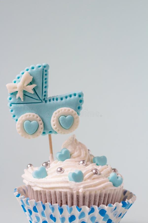 Babydouche cupcake voor een jongen Pasgeboren aankondigingsconcept Tekstruimte royalty-vrije stock foto