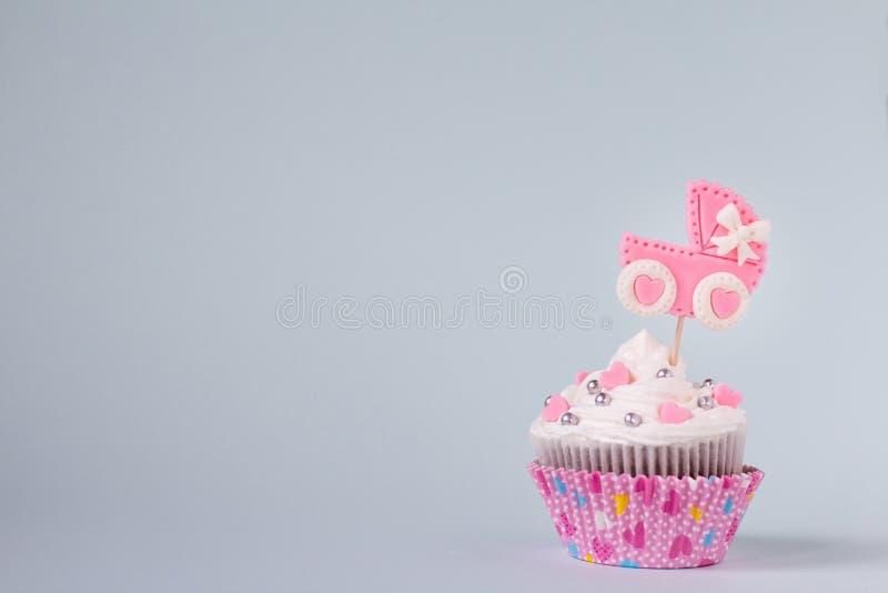 Babydouche cupcake voor een meisje Pasgeboren aankondigingsconcept Tekstruimte royalty-vrije stock afbeeldingen