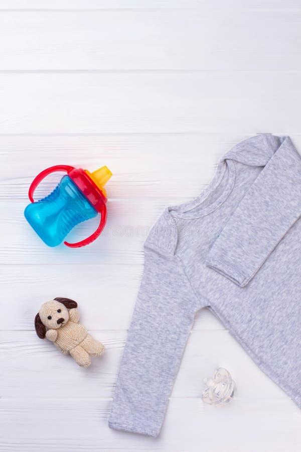 Babyeinzelteile auf Holz lizenzfreie stockfotos