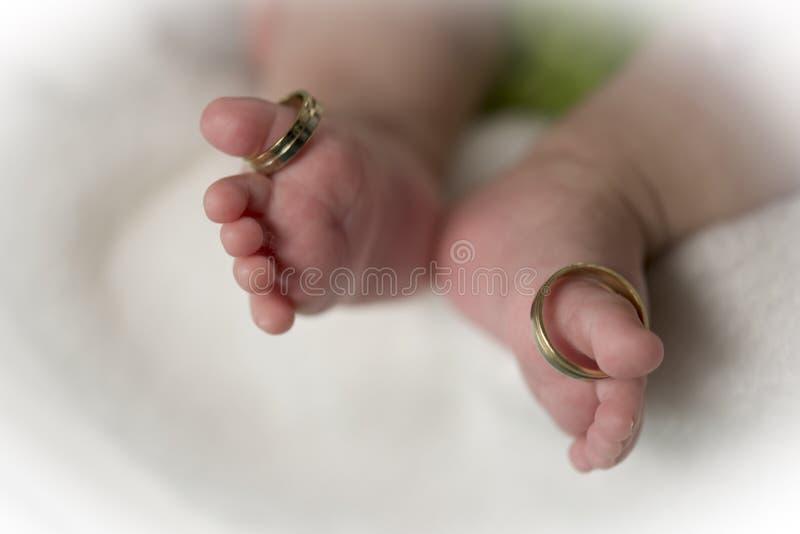 Babyfüße mit Säubernringen stockfotografie