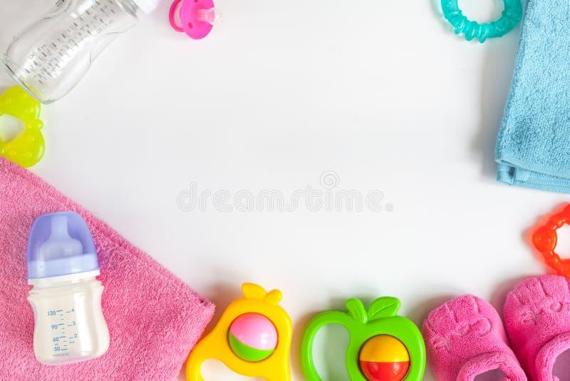 Babyflasche mit Milch auf Draufsicht des weißen Hintergrundes lizenzfreie stockfotos