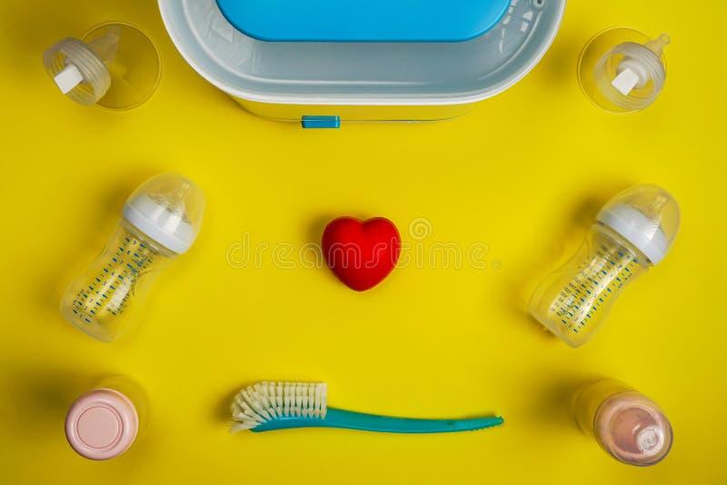 Babyflaschensterilisator, Brustpumpenflansche und Babysorgfaltzusätze stockbild