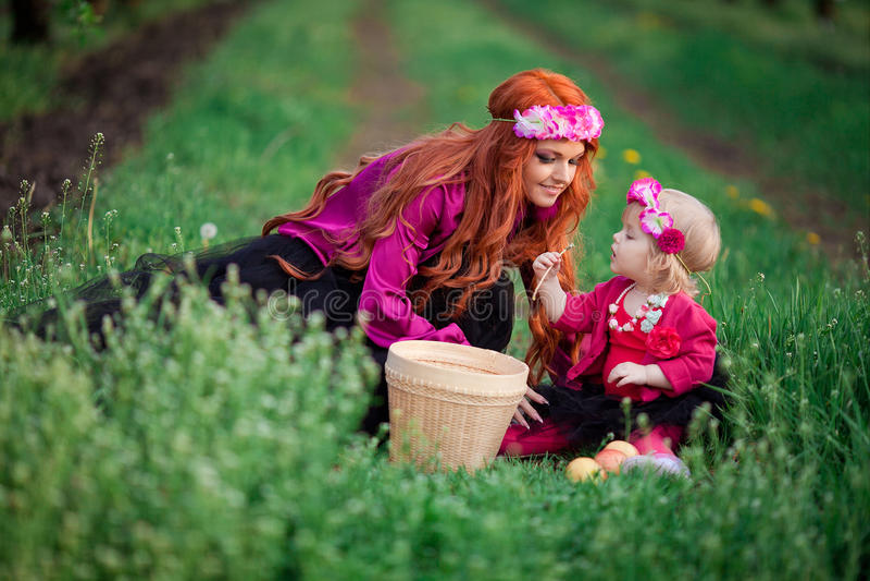 Babyfrühlingsgärten Frau, Löwenzahn stockfotos