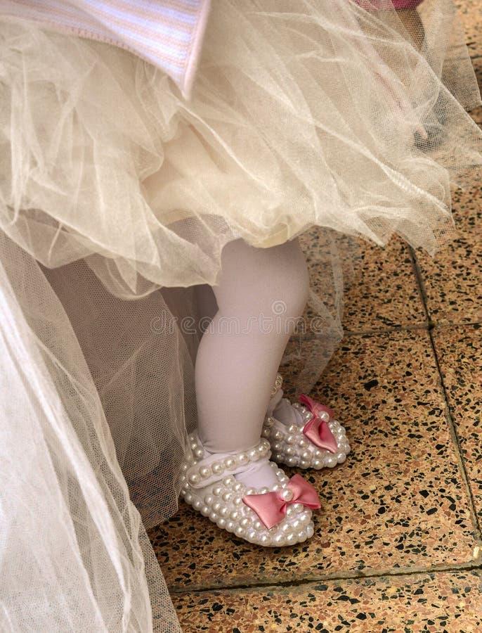 Babygirl em sua primeira festa de anos com saia e deslizadores do tule imagem de stock royalty free
