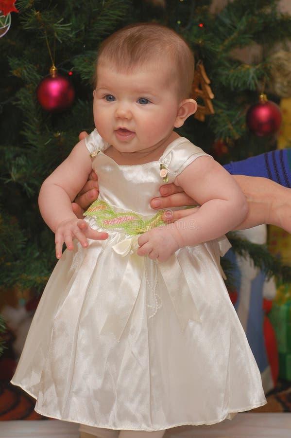 Babygirl en ropa del día de fiesta imagenes de archivo