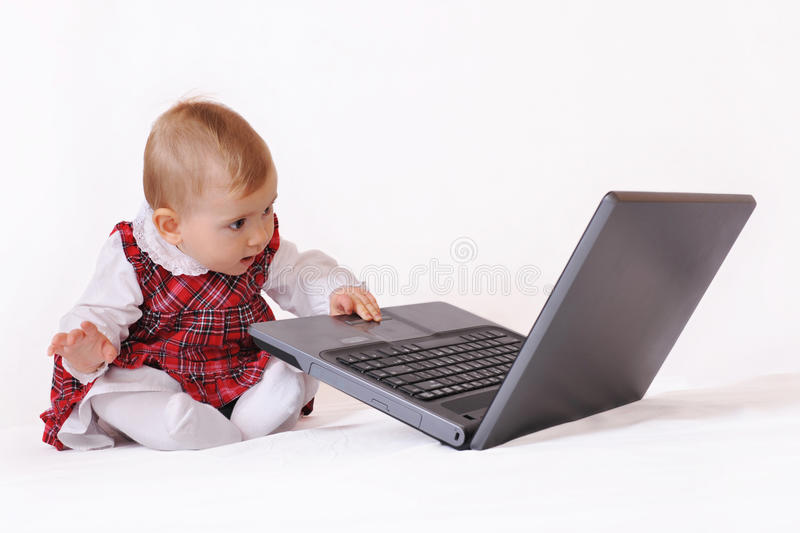 Babygirl et ordinateur portatif photos libres de droits