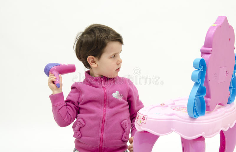 Babygirl que compõe seu cabelo imagens de stock