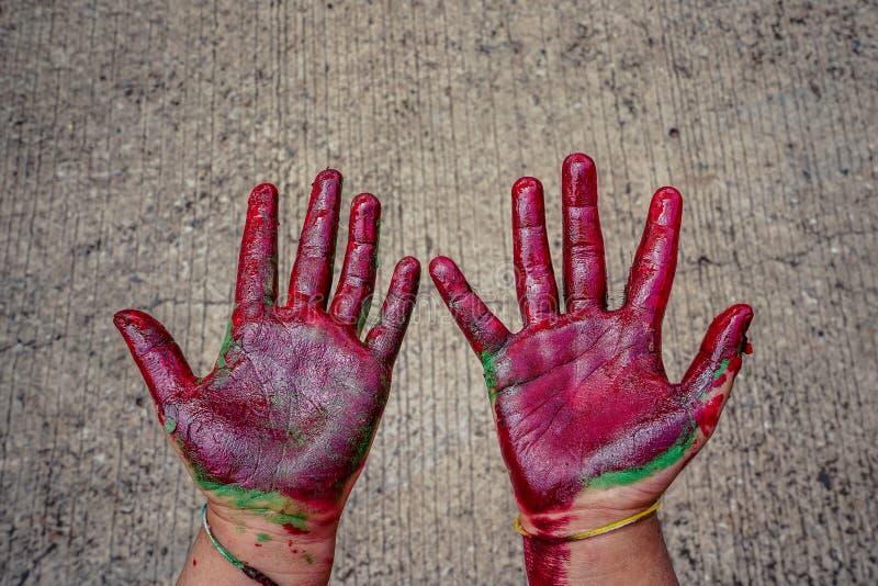 Babyhanden met verf worden gesmeerd die stock afbeelding