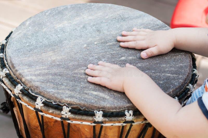 babyhanden op Afrikaanse trommels in openlucht royalty-vrije stock afbeeldingen