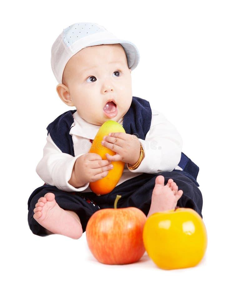 Babyholdingfrüchte. lizenzfreies stockfoto