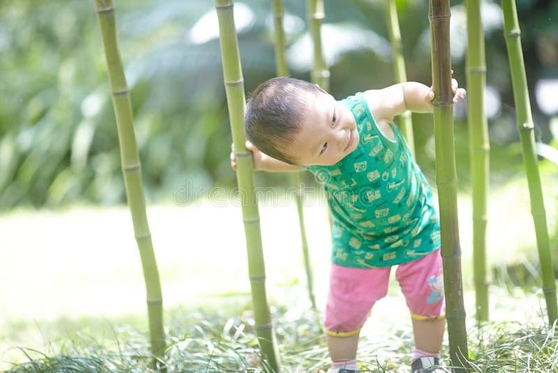 Babyjongen in de zomer stock fotografie