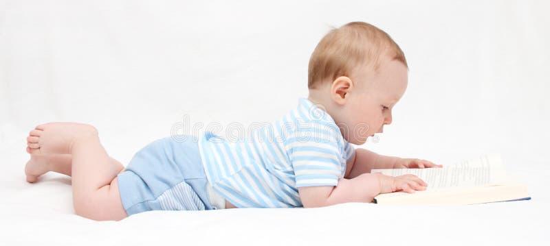 Babyjongen die een boekkind lezen royalty-vrije stock foto