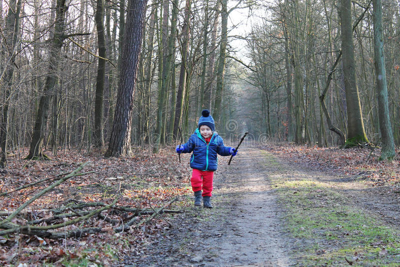 Babyjongen die het bos doornemen royalty-vrije stock afbeeldingen