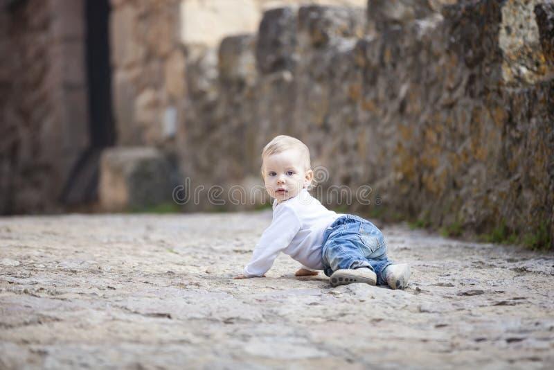 Babyjongen die op steen bedekte stoep kruipen royalty-vrije stock foto's