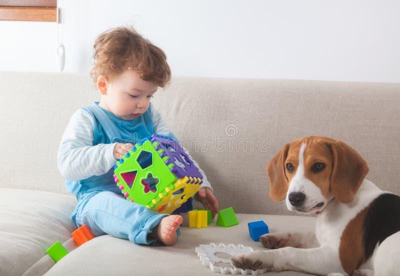 Babyjongen die thuis spelen stock afbeeldingen