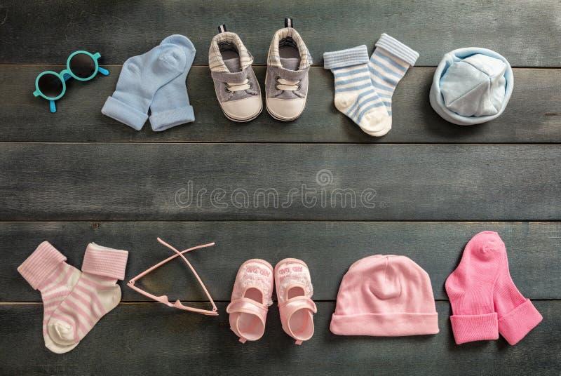 Babyjongen en meisjesschoenen en sokken op blauwe houten achtergrond royalty-vrije stock afbeelding