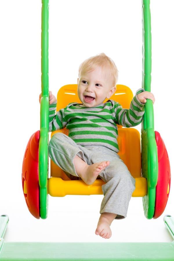 Babyjongen het spelen op de schommeling stock fotografie