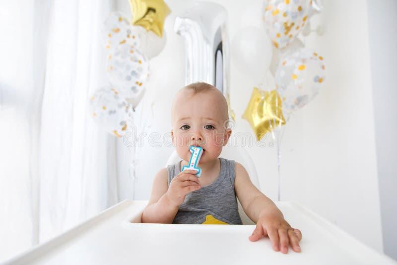 Babyjongen het vieren eerste verjaardag stock foto