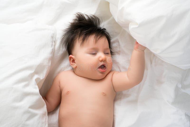 Babyjongen in mening van de bed de hoge hoek royalty-vrije stock foto