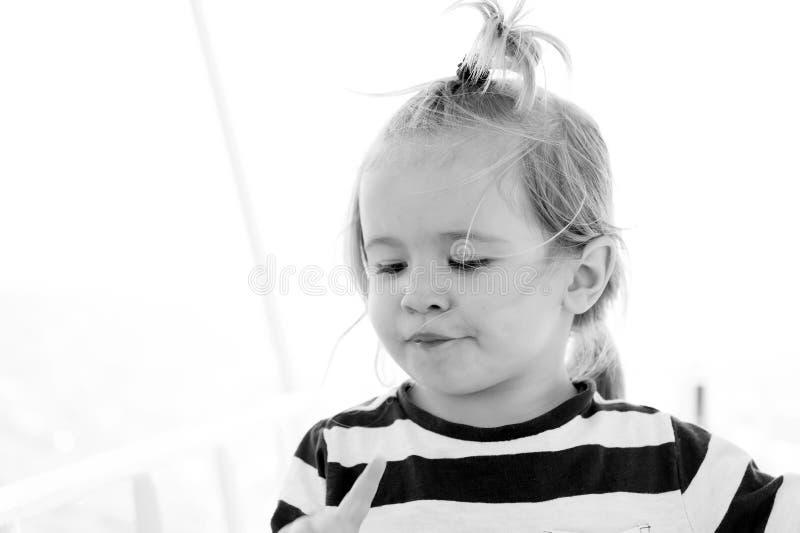 Babyjongen met blonde haarpaardestaart in zeemansoverhemd royalty-vrije stock foto's
