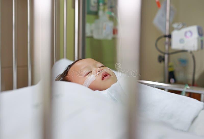 Babyjongen met de ademhaling van buis in neus die medische behandeling ontvangen Intensive care bij het ziekenhuis Ademhalings sy stock foto's