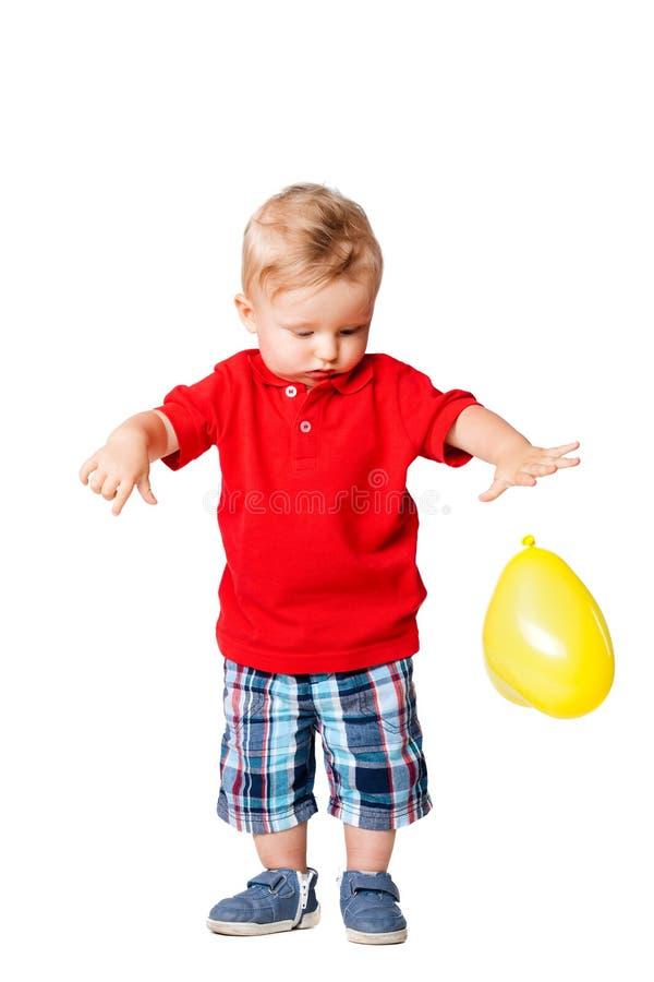 Babyjongen met een gele ballon stock foto's