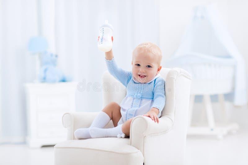 Babyjongen met flessenconsumptiemelk of formule royalty-vrije stock foto's