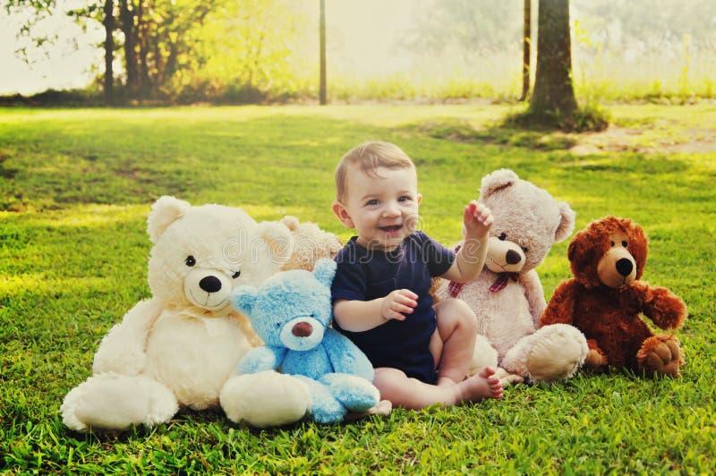 Babyjongen met teddyberen stock afbeeldingen