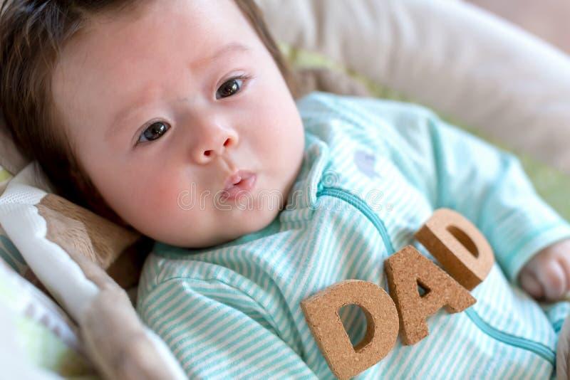 Babyjongen met Vaderdagthema stock fotografie