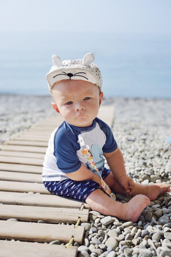 Babyjongen op het strand stock fotografie