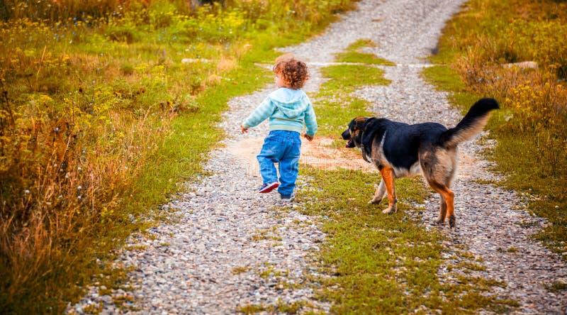 Babyjongen openlucht in het platteland royalty-vrije stock foto