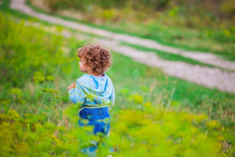 Babyjongen openlucht in het platteland stock foto's