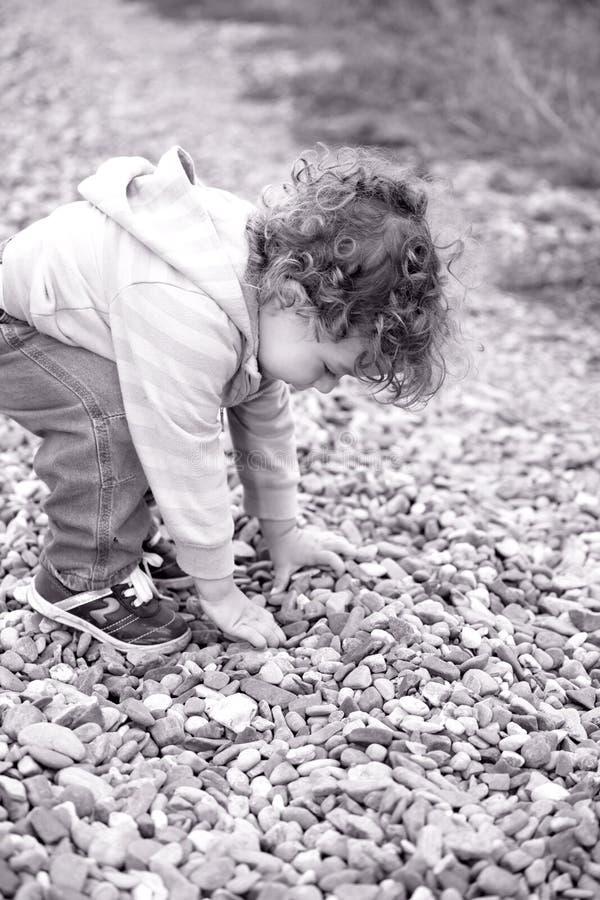 Babyjongen openlucht in het platteland royalty-vrije stock fotografie