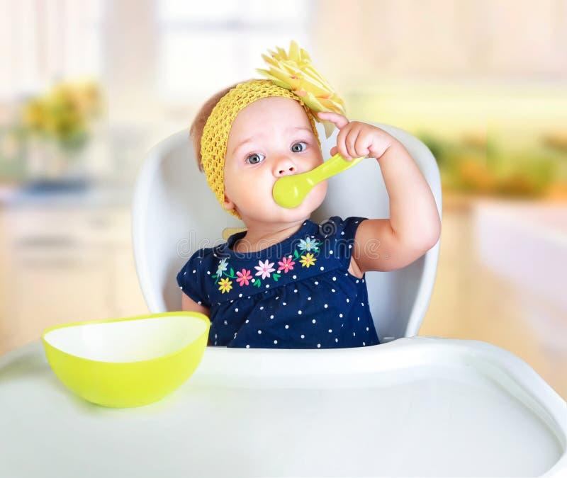 Babykind het eten Jong geitje` s voeding royalty-vrije stock foto