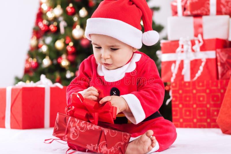 Babykind Weihnachtsmann mit Geschenk stockfotografie