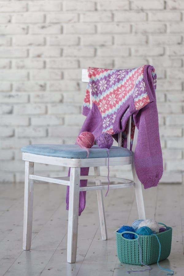 Baby Stuhl Weiße Stückchen