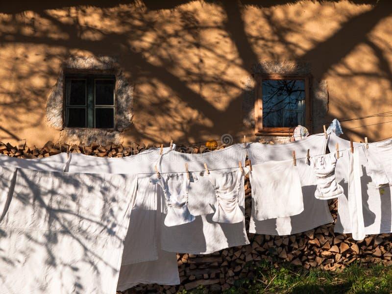 Babykleidung, die an der Wäscheleine hängt stockfotografie