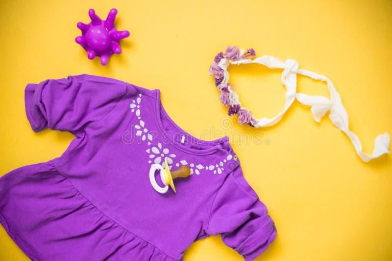 Babykleidung und -notwendigkeiten auf hellem Hintergrund stockfoto
