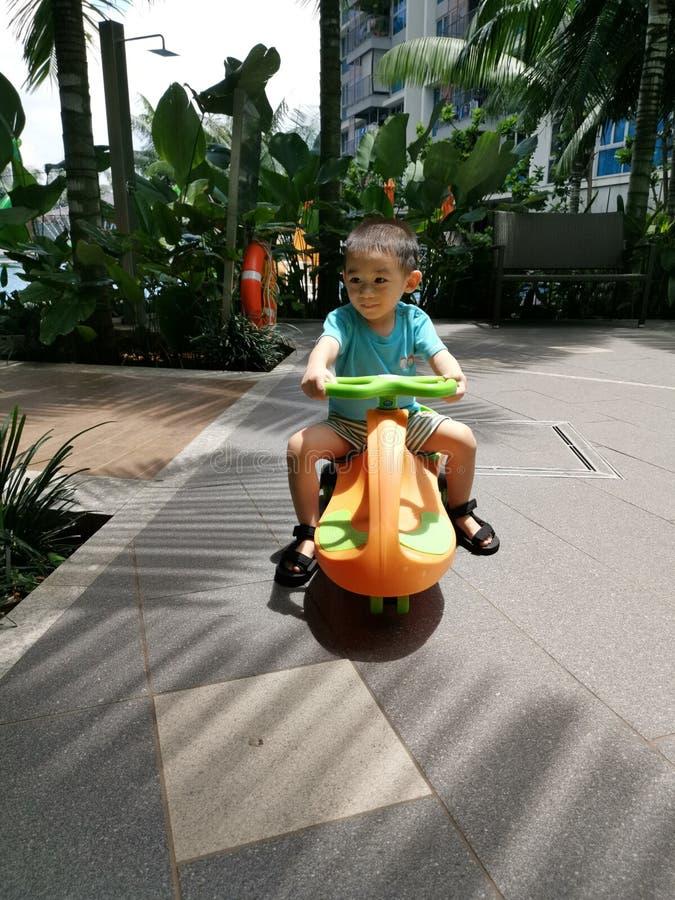 Babykleinkind, das einen Roller reitet lizenzfreies stockfoto