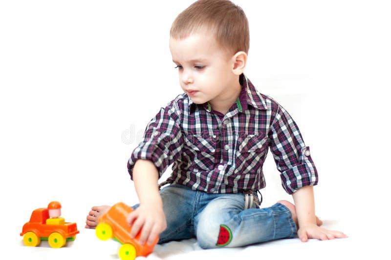 Babykleinkind, das mit Spielzeugauto spielt lizenzfreie stockfotos