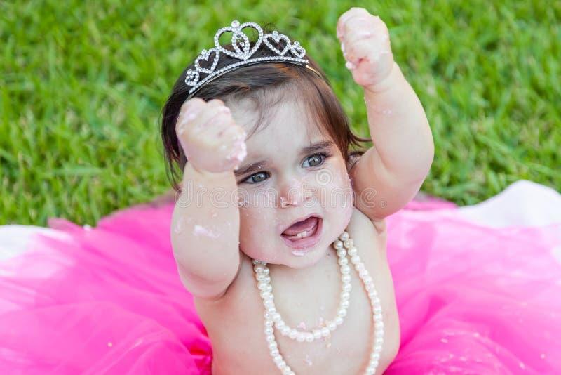 Babykleinkindmädchen in der ersten Geburtstagsgeburtstagsparty lizenzfreies stockbild