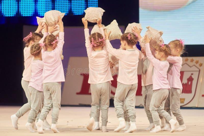 'Babykop - de competities BSB-van Bank' kinderen in gymnastiek, 05 December 2015 in Minsk, Wit-Rusland stock foto's