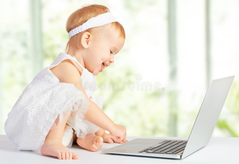 Babymeisje bij laptop computer royalty-vrije stock fotografie
