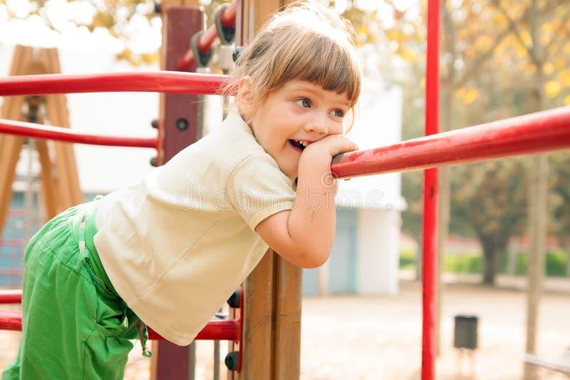 Babymeisje bij speelplaatsgebied royalty-vrije stock foto's