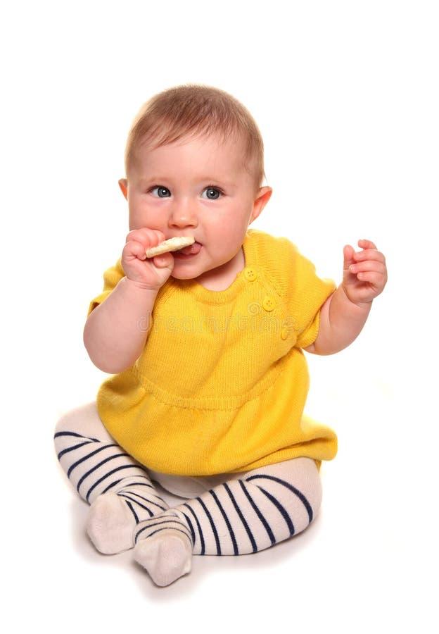Babymeisje die een rijstcake proberen royalty-vrije stock foto