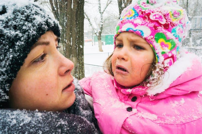 Babymeisje die koud zijn royalty-vrije stock fotografie