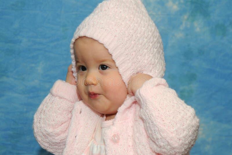 Babymeisje die roze sweater spelen royalty-vrije stock afbeeldingen