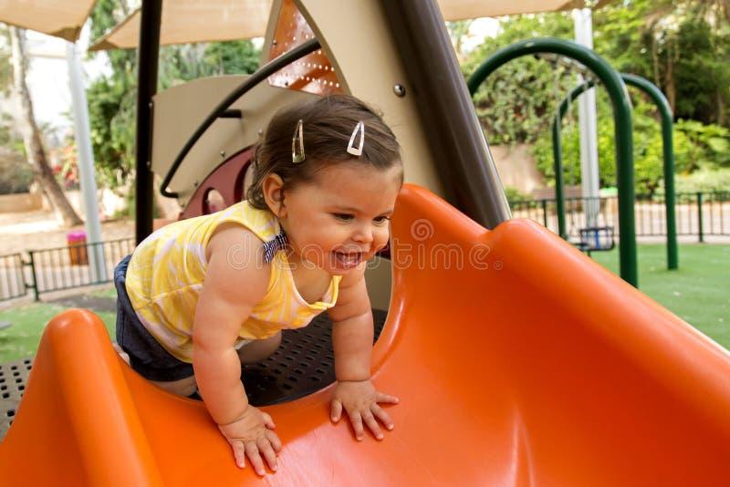 Babymeisje in een speelplaats stock foto