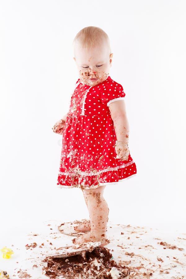 Babymeisje en haar verjaardagscake. stock afbeelding