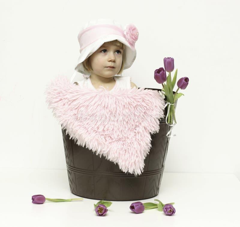 Babymeisje en tulpen royalty-vrije stock fotografie